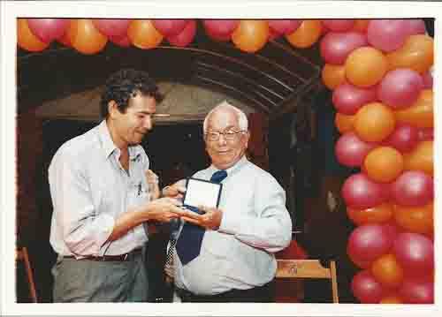 Comemoração 70 anos do Sindicato. E/D: presidente Miguel Correia (2000-03) e Irineu Nascimento (sócio fundador). dia 26 de outubro 2001 foto: Beto Oliveira/ Lumen